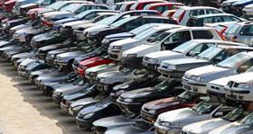 Różnorodne części samochodowe dostępne na szrotach