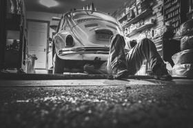 Mechanik na szrocie samochodowym
